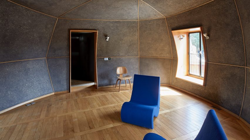 A living room covered in plaster by Clayworks