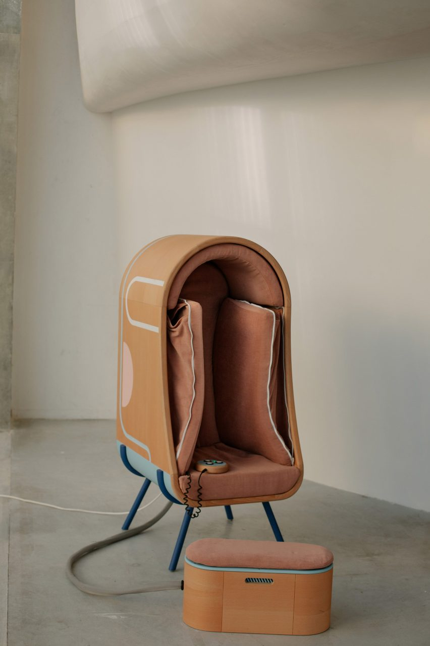 Oto hugging chair with inflatable walls
