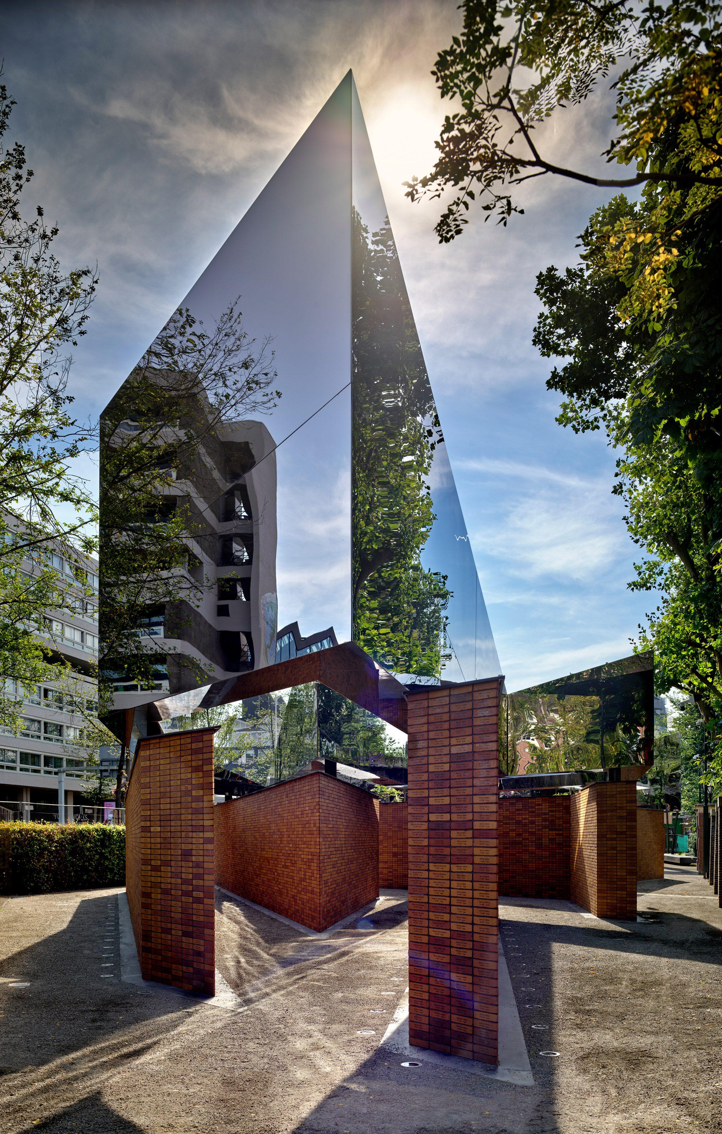 Sculptuur weerspiegeld in het Nederlandse Holocaustmonument van namen