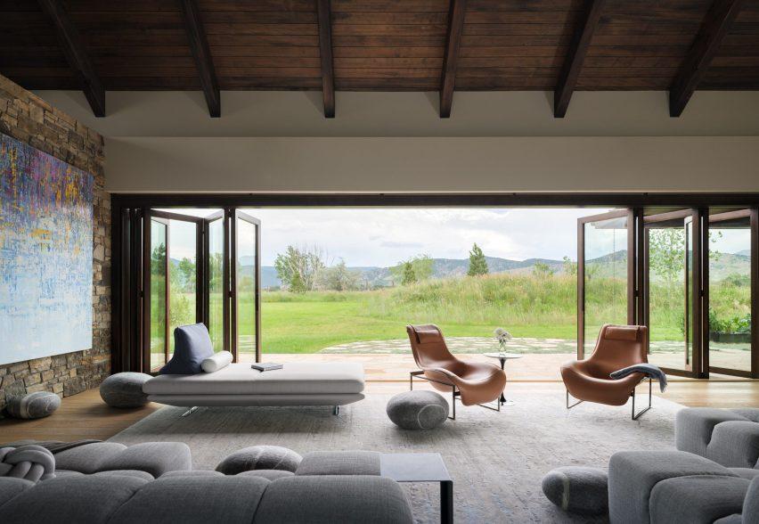 Window wall in Living room in Flatirons Residence by Tumu Studio
