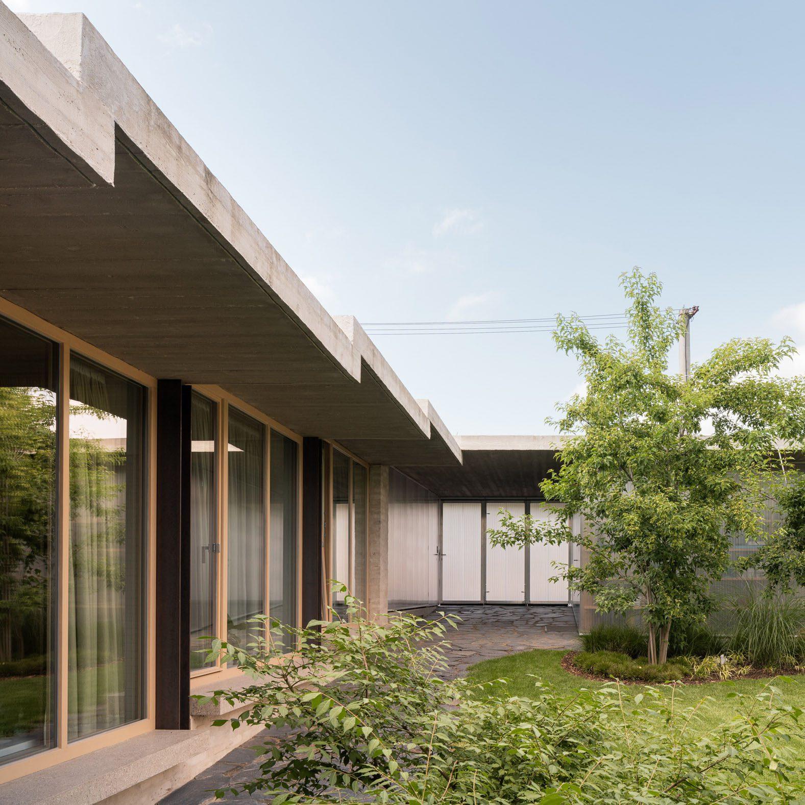 "Martin Neruda incorporates ""secret garden"" at the heart of House in Lanškroun"