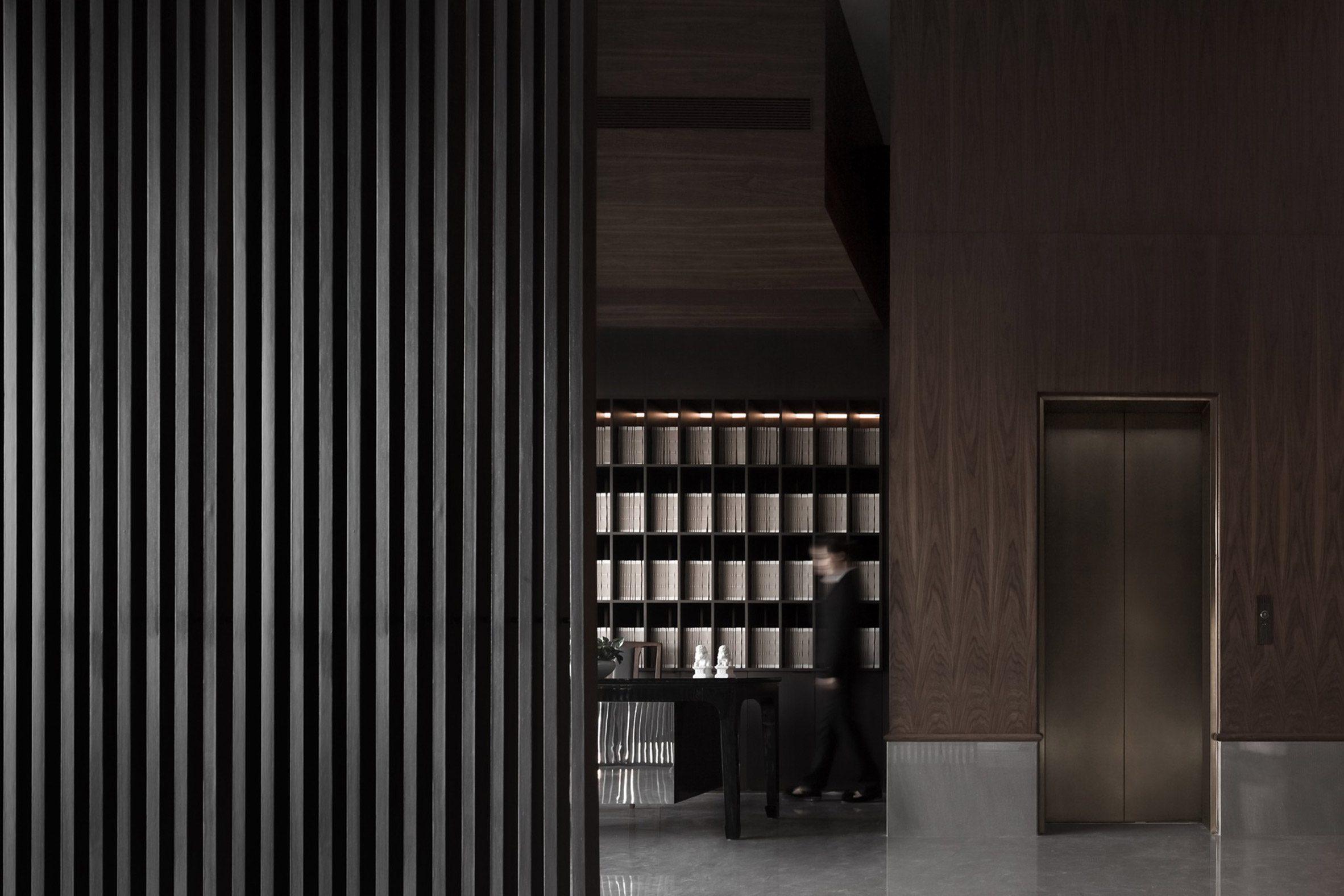 Интерьер ресторана Sui Han San You с деревянными перегородками