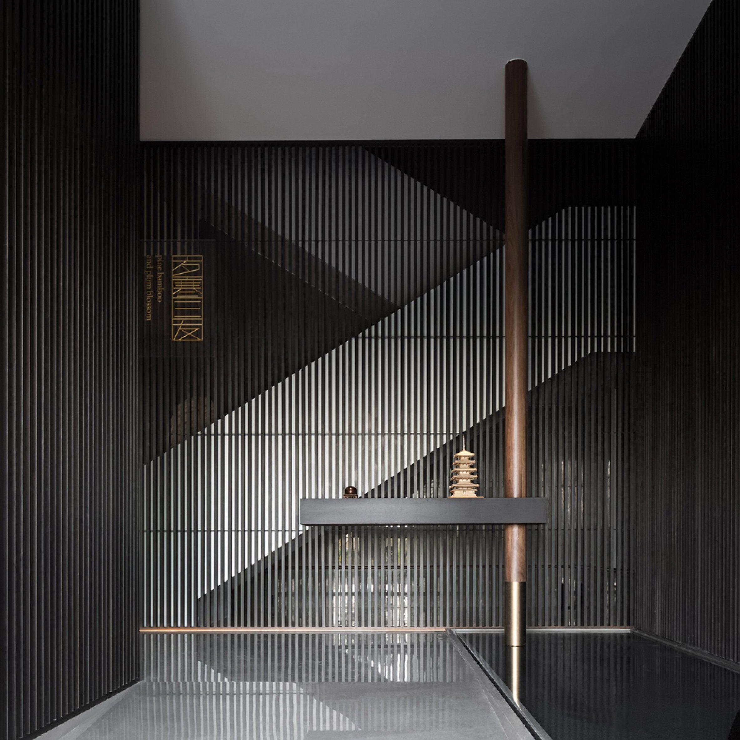 Вход в ресторан Sui Han San You с решетчатыми деревянными перегородками.