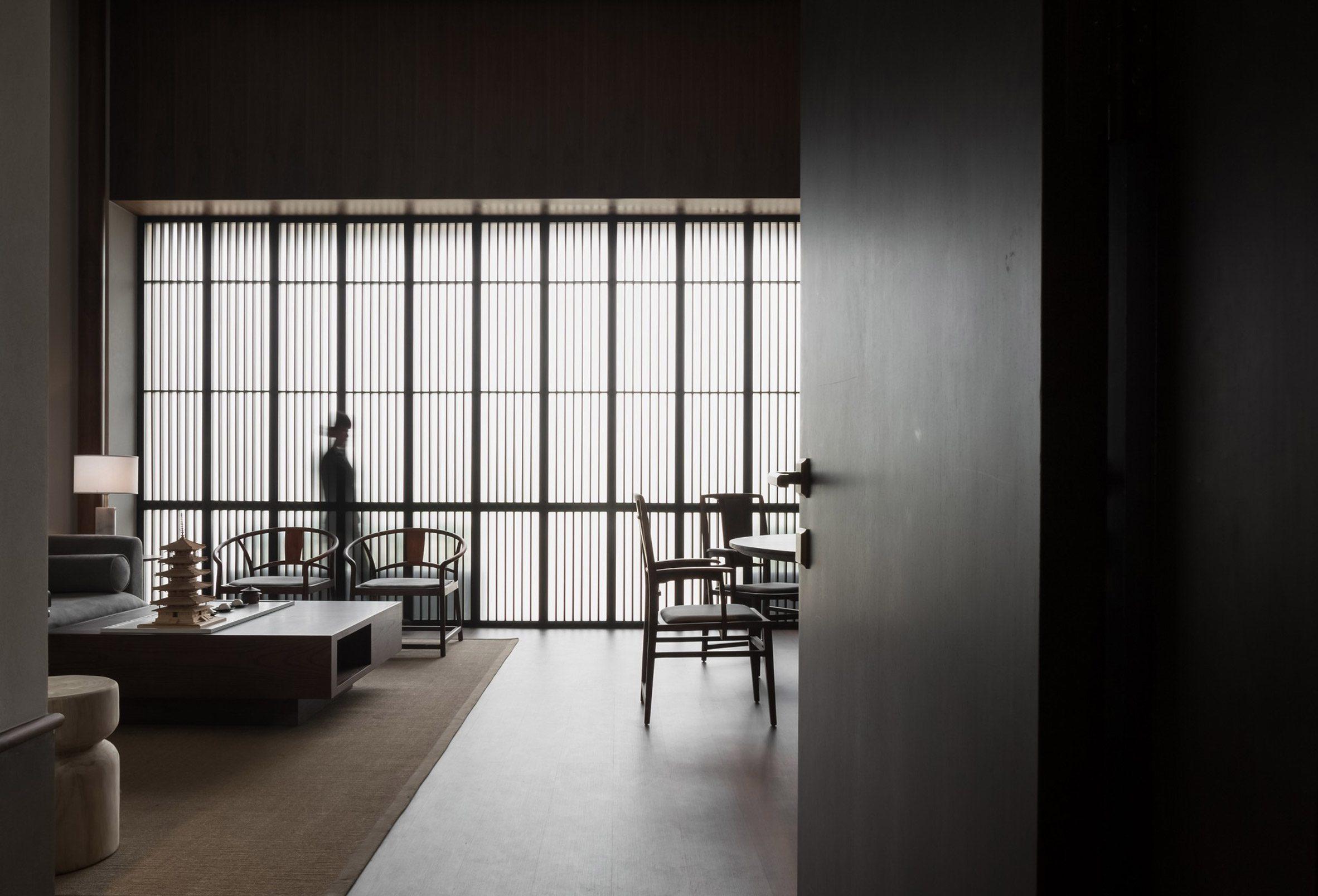 Интерьер от JG Phoenix с полупрозрачными ширмами и деревянной мебелью