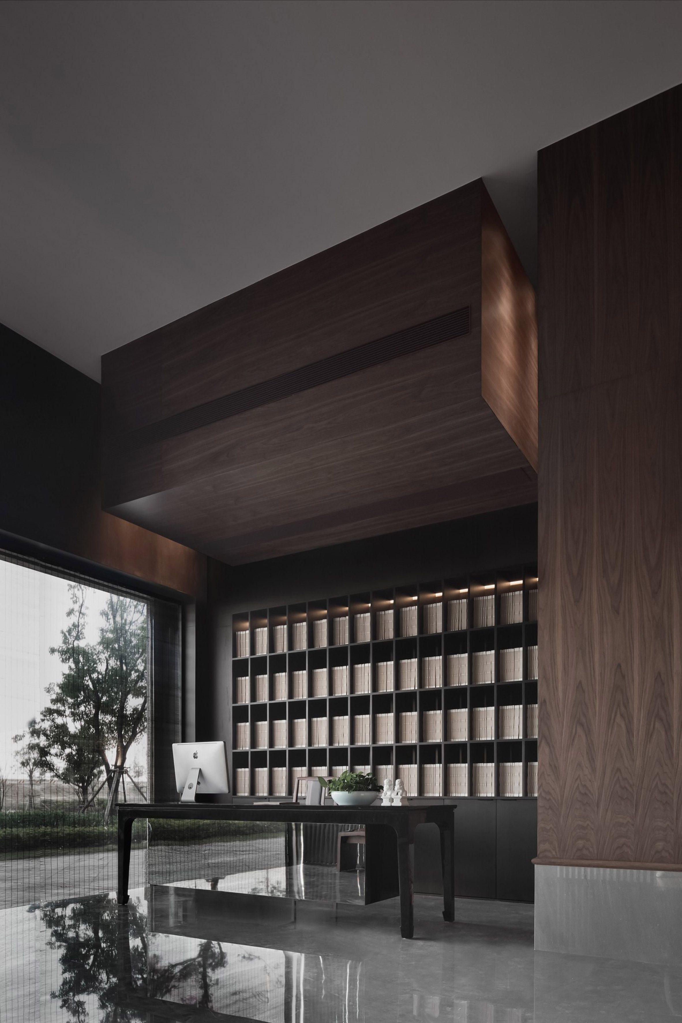 Зеркальный стол в деревянной стойке регистрации ресторана Sui Han San You