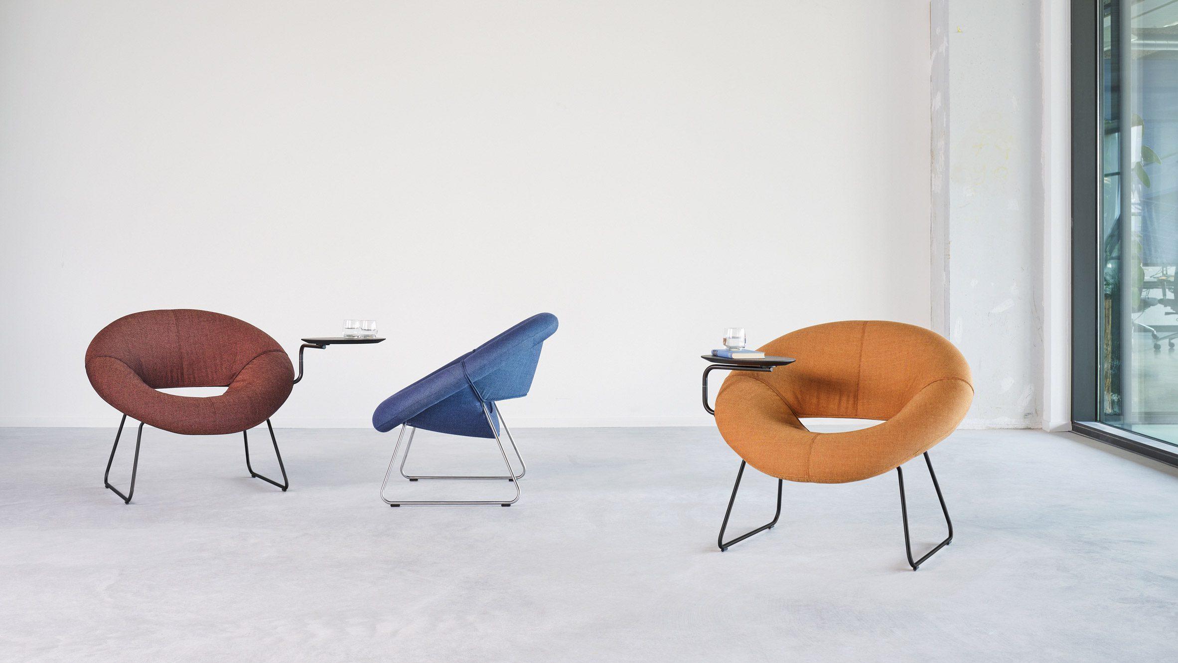 Стол прикреплен к креслу