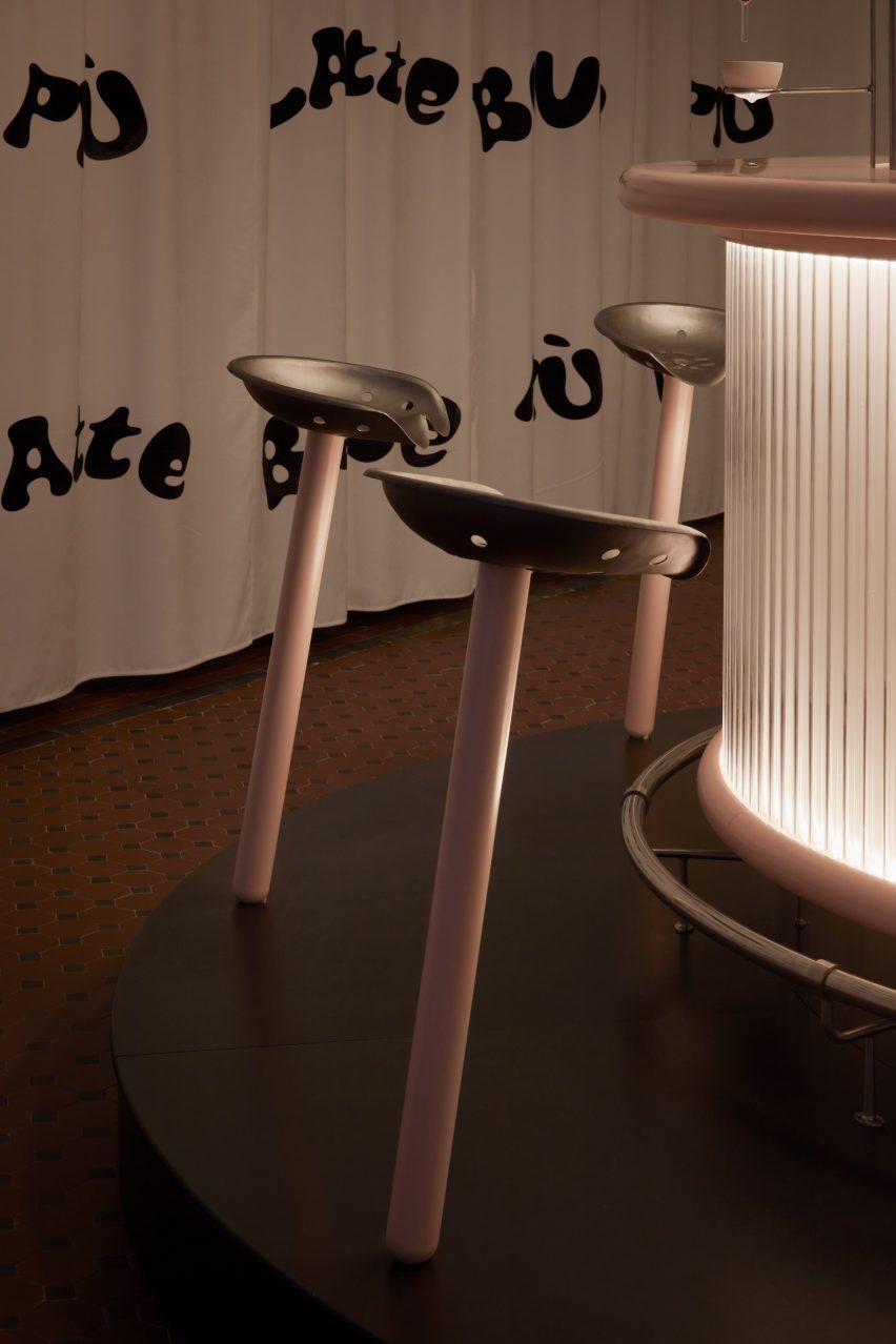نصب چهارپایه با ساقه صورتی و صندلی های تراکتور فلزی توسط لولیتا گومز و بلانکا آلگارا سانچز
