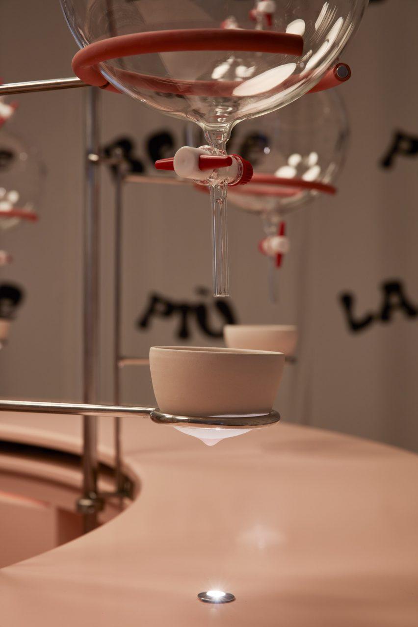 فنجان سرامیکی شکل سینه با نوک سینه در نگهدارنده فلزی از نصب نوار شیر Clockwork Orange