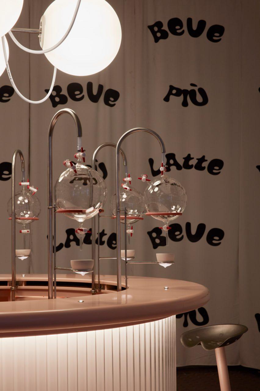 نوار صورتی با شکن و فنجان های شکل سینه در نصب Korova Milk Bar از Clockwork Orange
