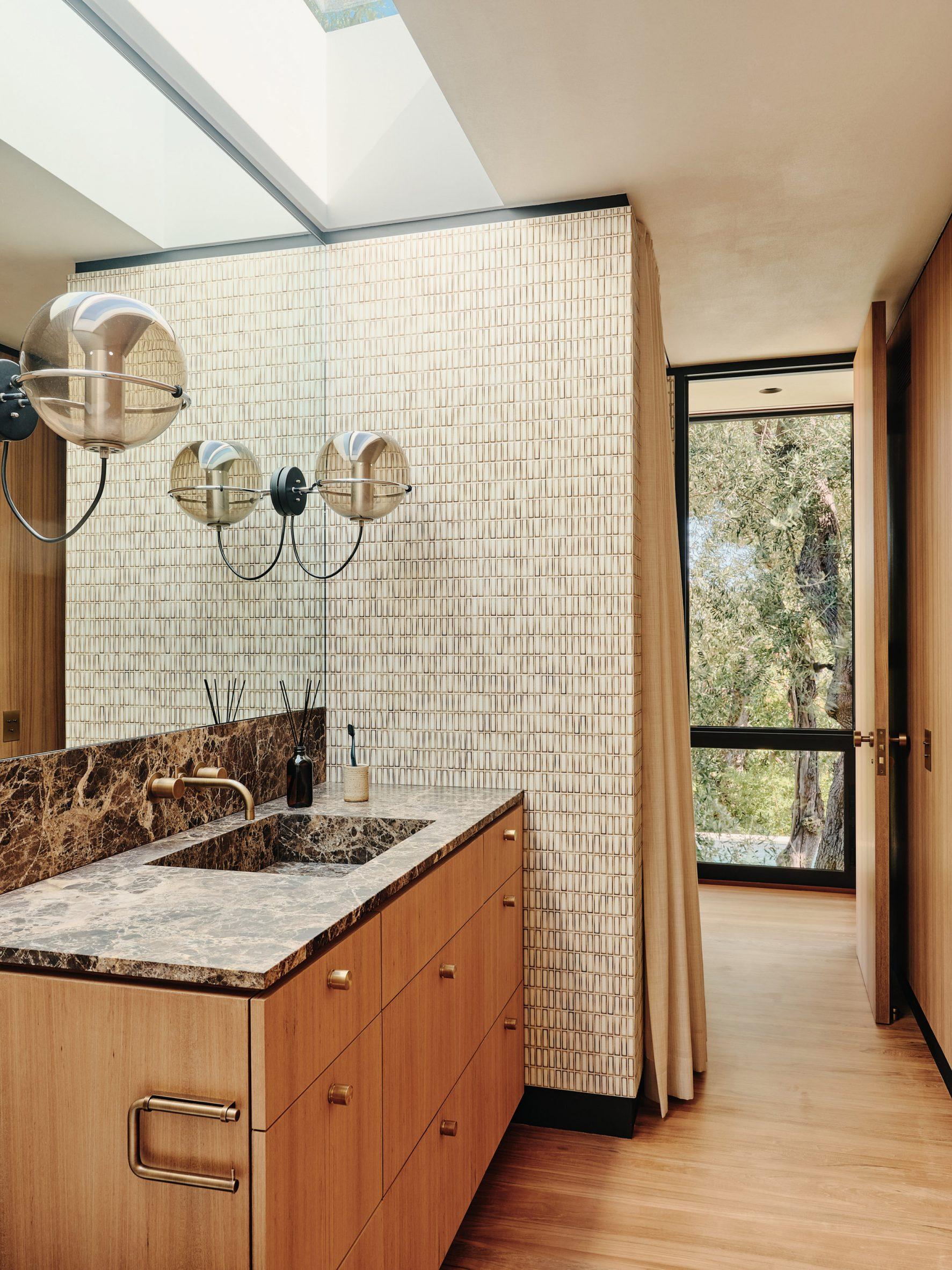 Globe-shaped pendants by Frank Ligtelijn in the guest bathroom