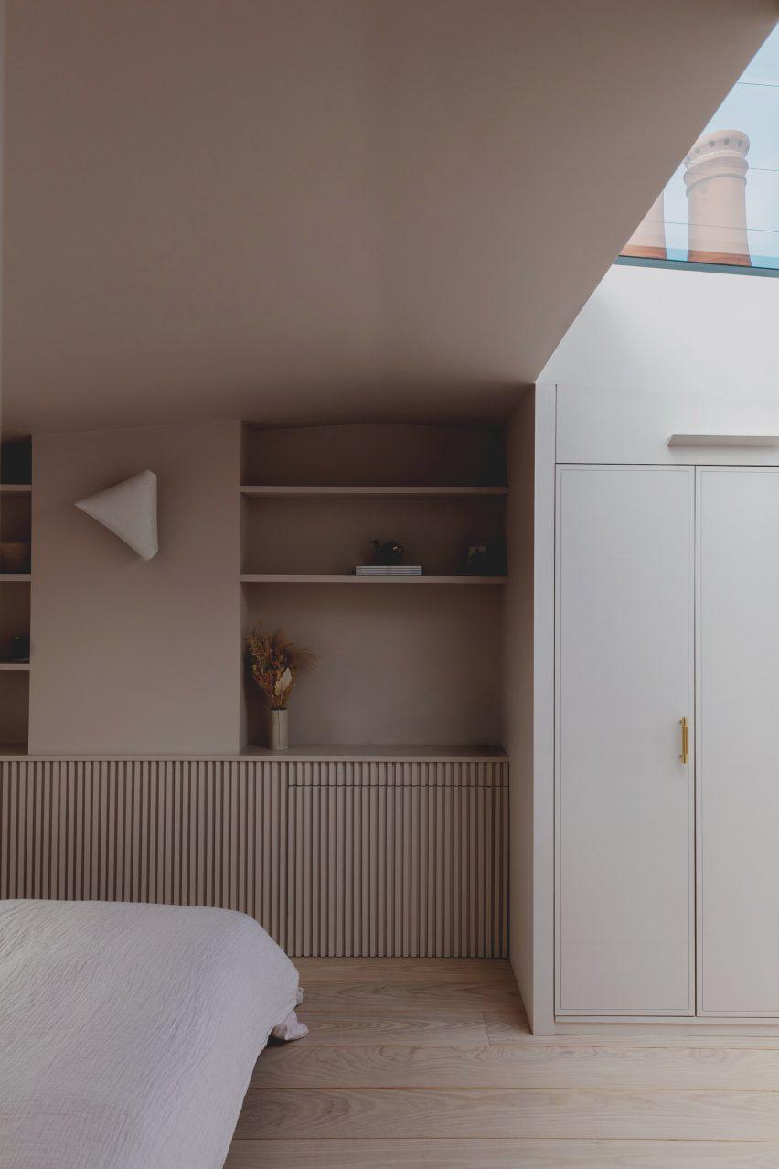Полки и шкафы в кровати и окне в пристройке лофта на Нарфорд-роуд от Emil Eve Architects