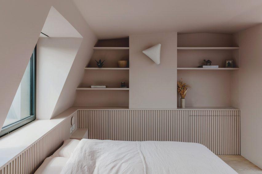 Кровать и окно в пристройке лофта на Нарфорд-роуд от Emil Eve Architects