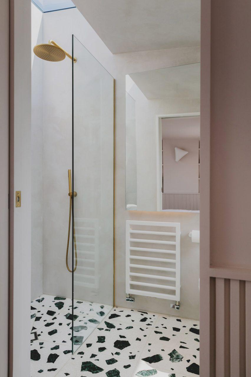 Душ в пристройке лофта на Нарфорд-роуд от Emil Eve Architects
