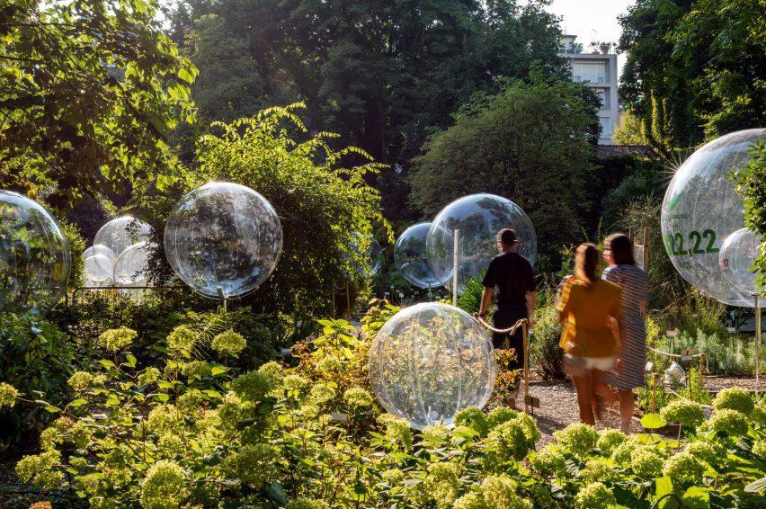 Orang-orang berjalan-jalan di instalasi Natural Capital di Brera Botanical Garden