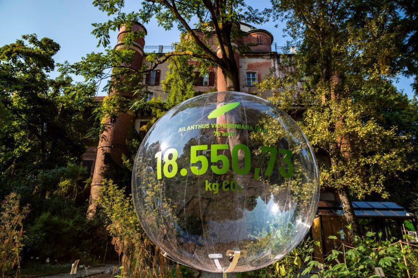 Gelembung transparan dengan angka 18.550,76 kilogram CO2