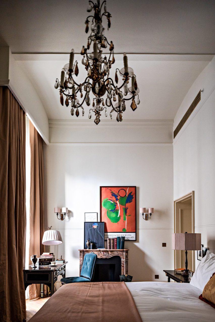 Гостиничный номер Романа и Вильямса с камином и картинами на стене