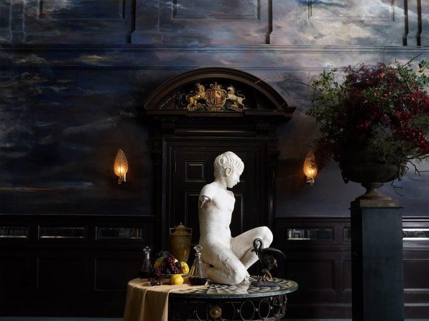 Статуя с натюрморт в бальном зале отеля NoMad в Лондоне
