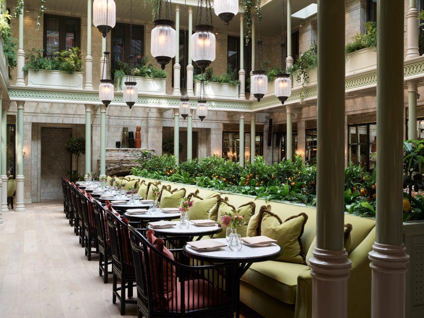 Посадочный корыто и зеленые скамейки в интерьере отеля - Роман и Уильямс