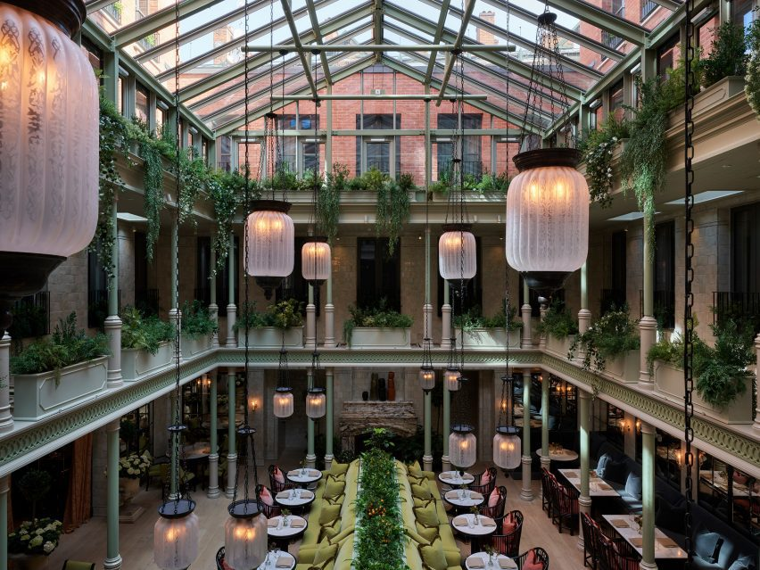 Столовая со стеклянной крышей в отеле NoMad London