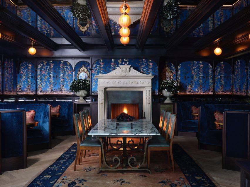 Столовая в NoMad London с синими шелковыми покрытиями на стенах
