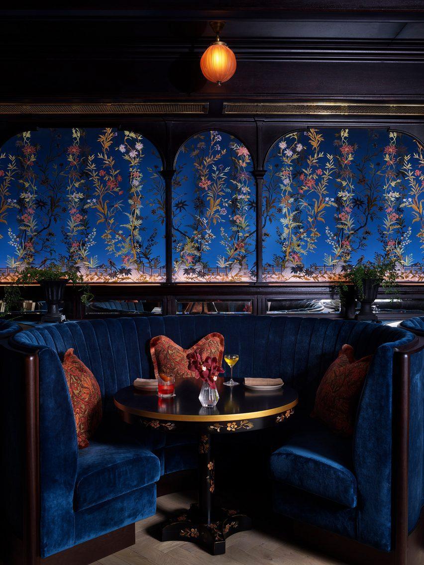 Столовая от Roman and Williams с синими бархатными обоями