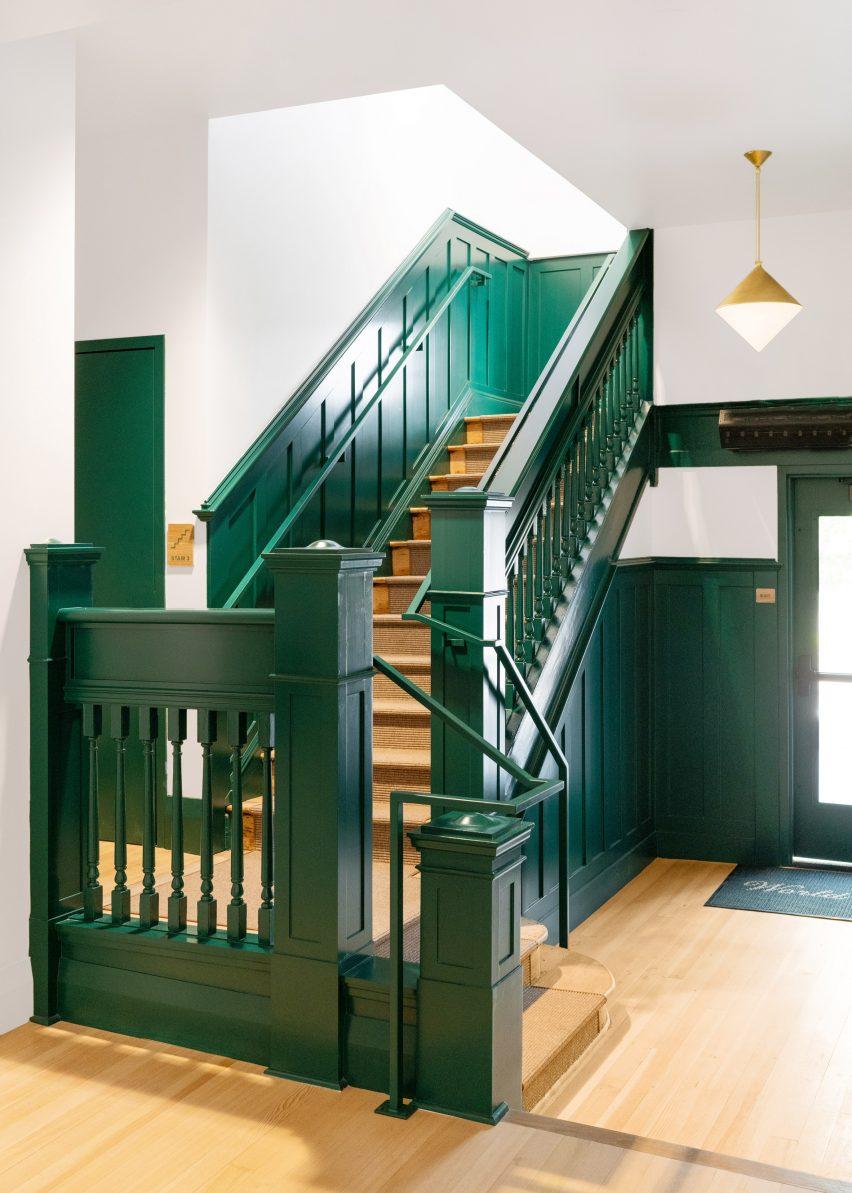 Традиционная зеленая лестница в отеле