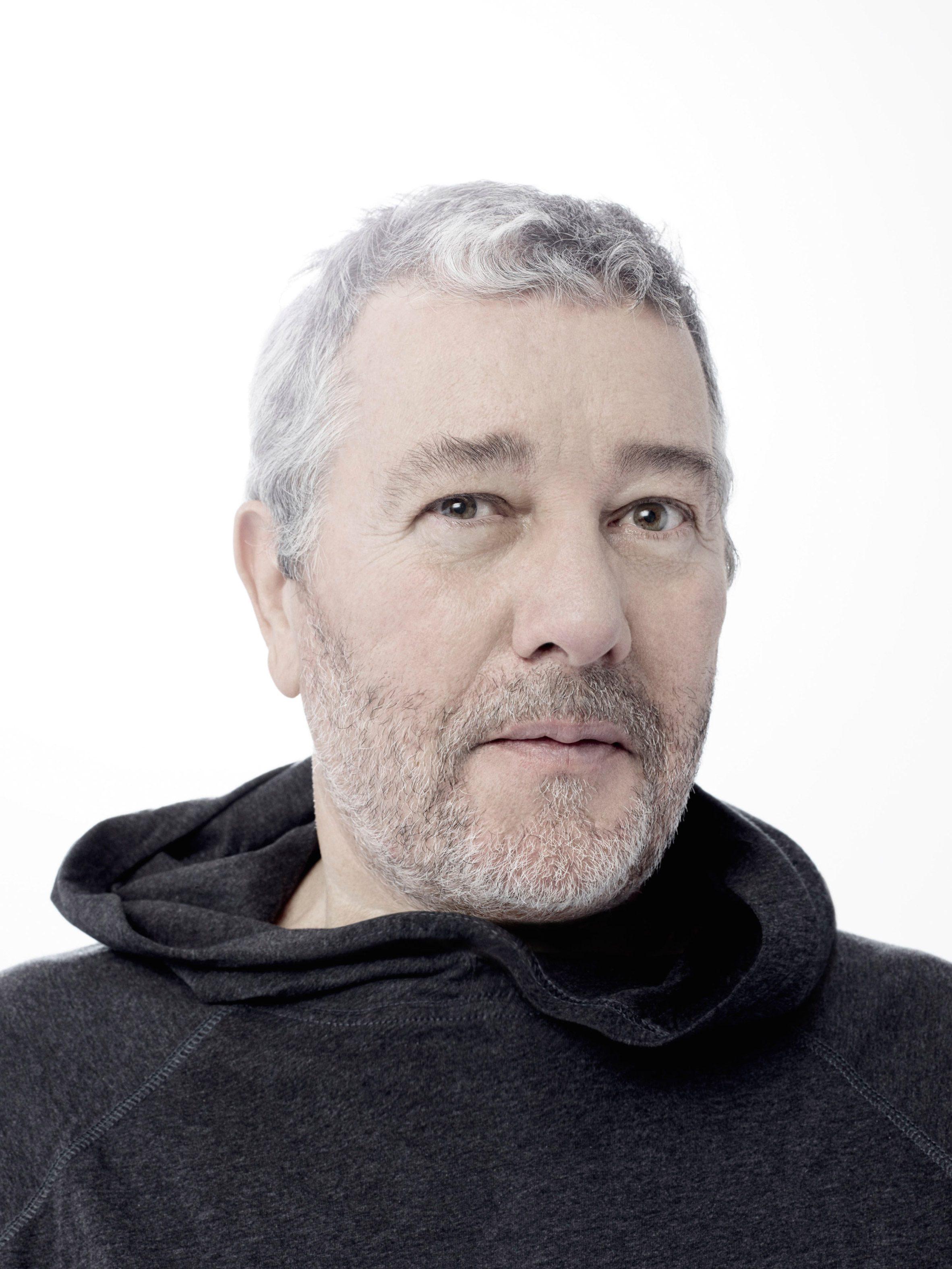 Cuplikan kepala Philippe Stark dengan tudung hitam