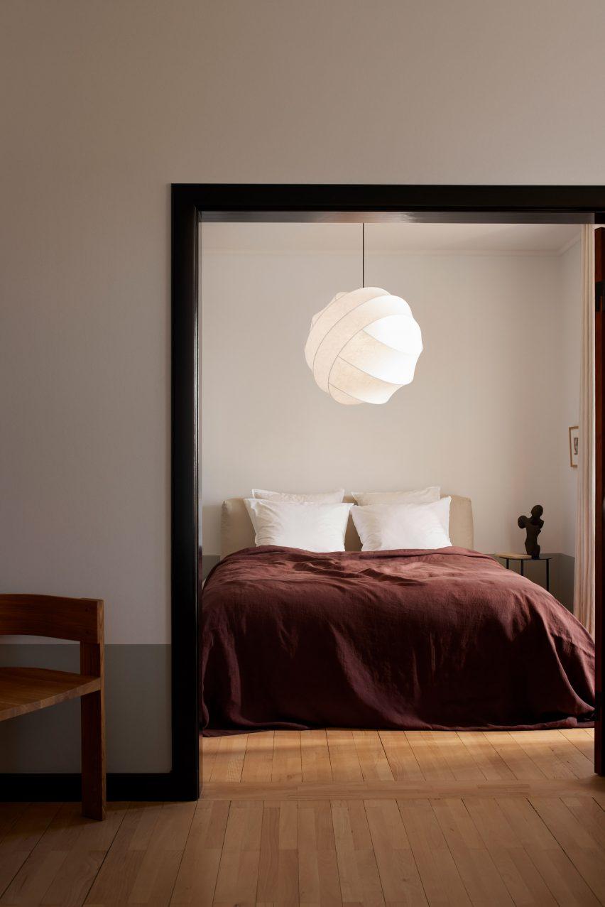 Свет Тернера висит в спальне