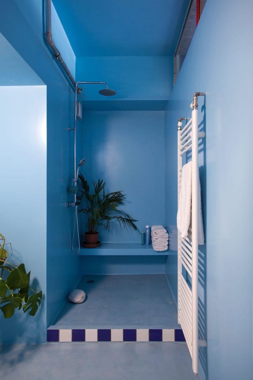 Point Supreme добавил голубые акценты в ванную комнату