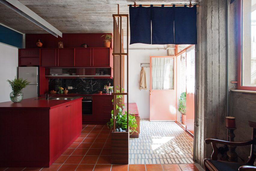 Кухня из красной фомики и меламина на заказ