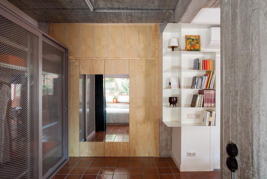 Необработанные бетонные стены в подземном пространстве