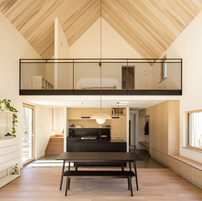 Сводчатые потолки в деревянном коттедже
