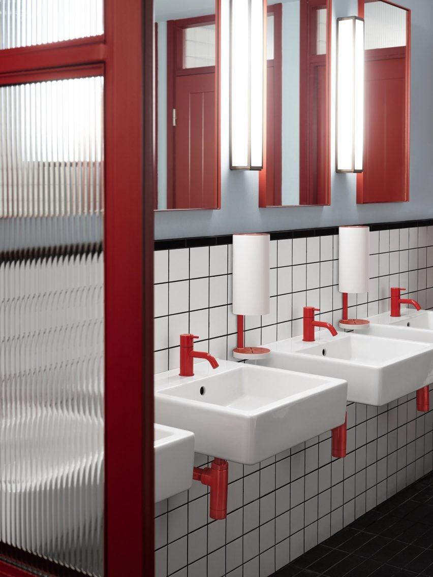 Настенные диспенсеры RS11 красно-белого цвета в ванной комнате
