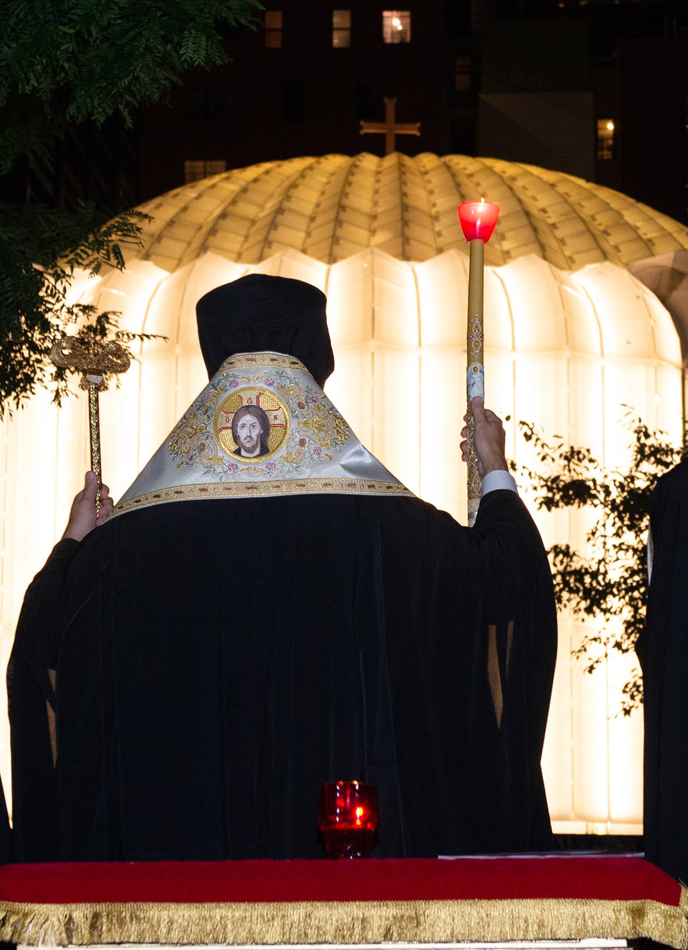 Священник за пределами освещенной церкви