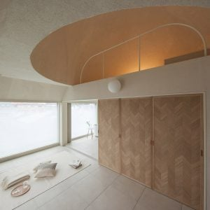 Apartment with sliding wooden partitions