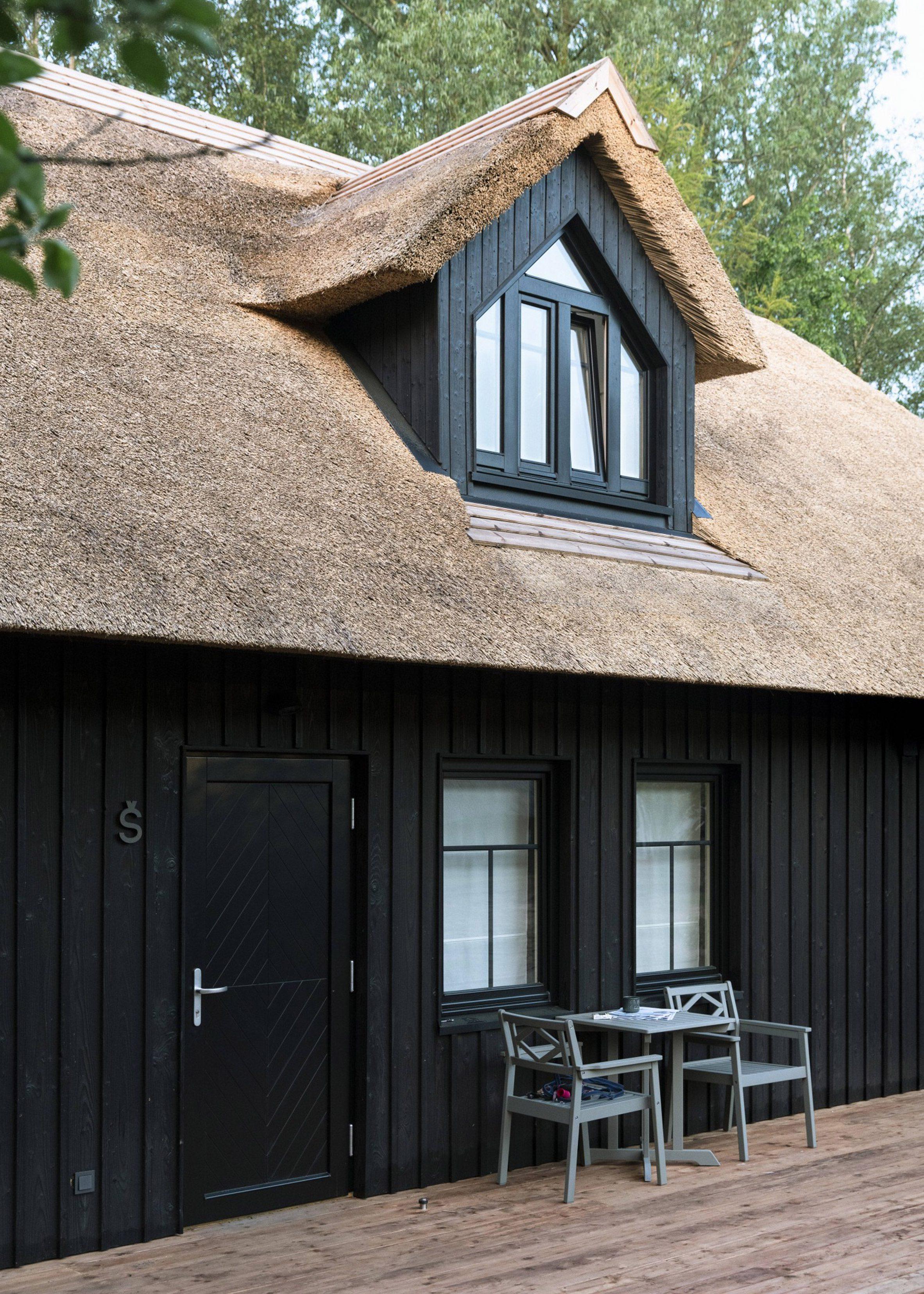Снаружи здание облицовано обугленным деревом и имеет соломенную крышу.