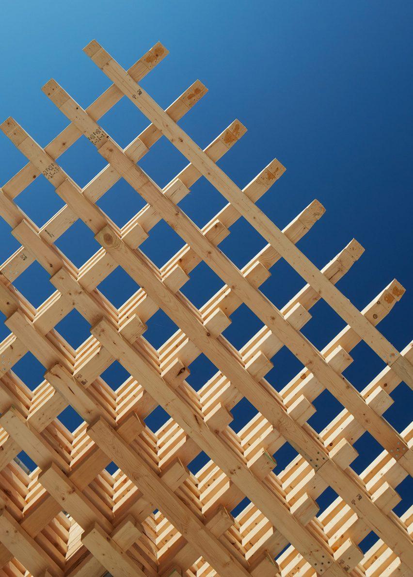 Сцепленные деревянные детали, образующие решетчатую крышу павильона СПЛАМ.