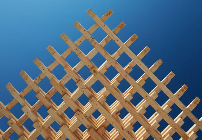 Соединяющиеся друг с другом деревянные части составляют конструктивную систему деревянного каркаса.