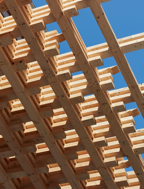 Сцепление деревянных деталей, образующих пространственно ламинированную деревянную конструкцию от SOM Architects.