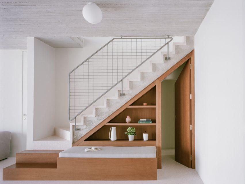 μια σκάλα με κιγκλίδωμα αλουμινίου