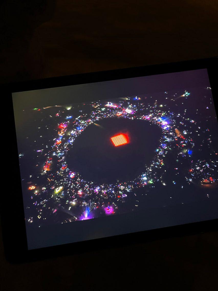 Pemandangan udara dari pertunjukan drone Studio Drift