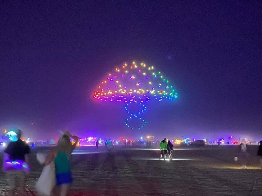 Instalasi lampu berbentuk jamur di Burning Man