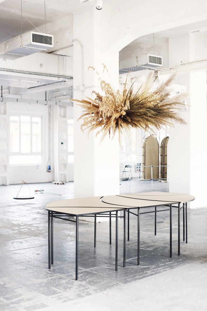 Столы организованы так, чтобы образовывать одну большую поверхность.