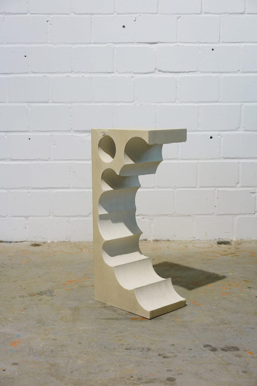 Тейл 1 высокий столик из известняка с цилиндрическими формами, извлеченными с одной стороны