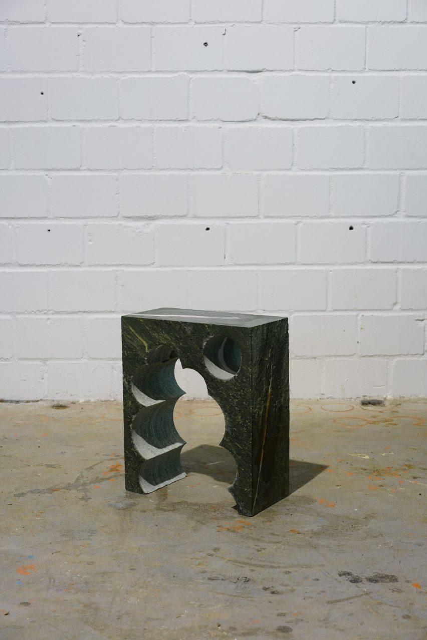 Тейл 3 приземистый столик из мрамора Alpengrün с цилиндрическим узором, прорезанным посередине