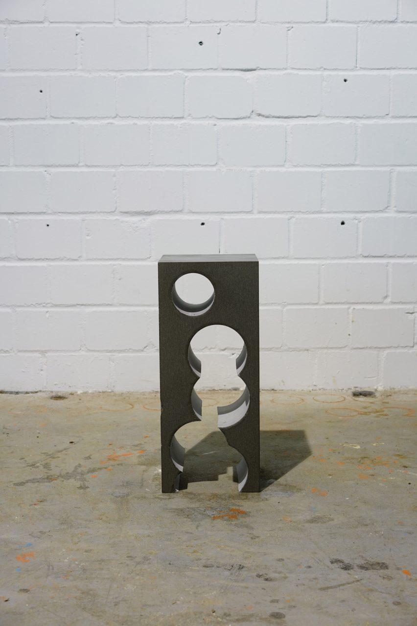 Тейл 4 высокий боковой столик Silbergrau QS с узором из отверстий, проходящих через его середину