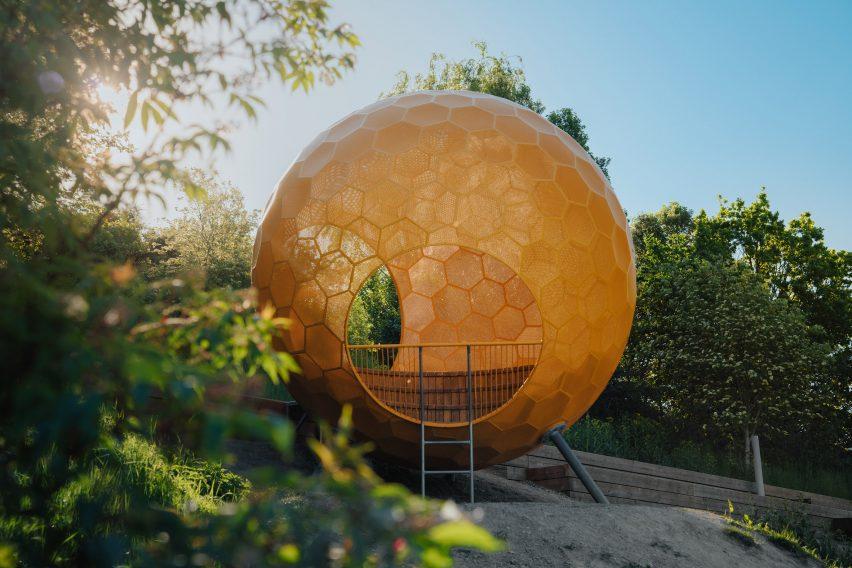 Полое оранжевое строение в парке Варбергстоппен