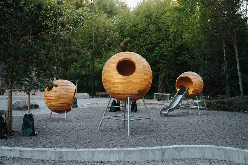 Три маленьких шара внутри детской площадки