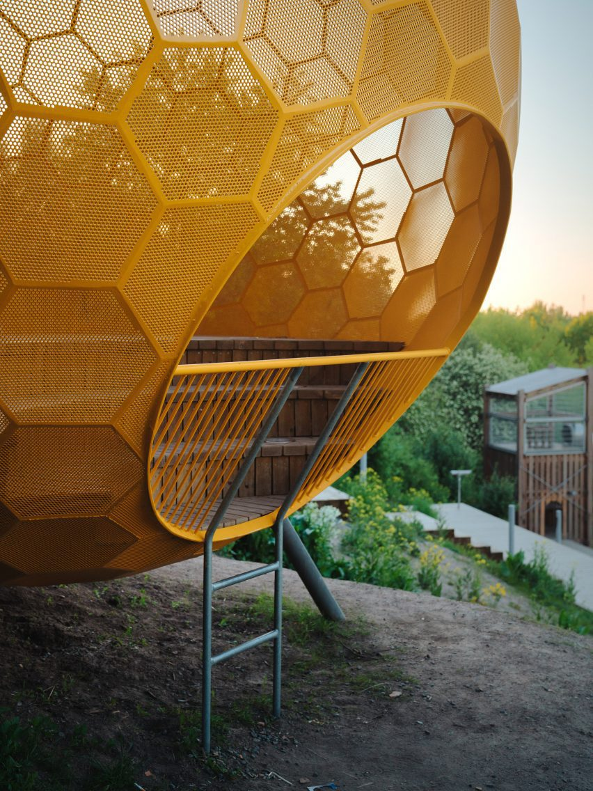 Металлическая лестница ведет в оранжевую сферу