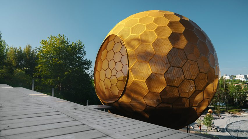 Andrénfogelström's yellow sphere in a playground
